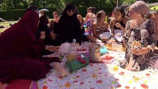 Muslimky na plovárně Loretto ve Freiburgu