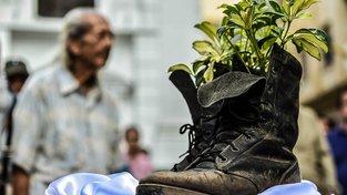 Boty, které kdysi patřily jednomu z rebelů, jako symbol míru