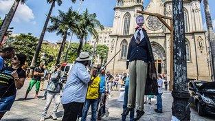 Protestující v Sao Paulu s popravenou loutkou prezidenta Temera