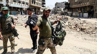 Boj o Mosul skončil. Příslušníci iráckých sil odnáší část výzbroje patřící islamistům