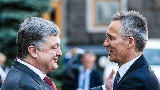 Ukrajinský prezident Petro Porošenko a generální tajemník NATO se v pondělí setkali v Kyjevě