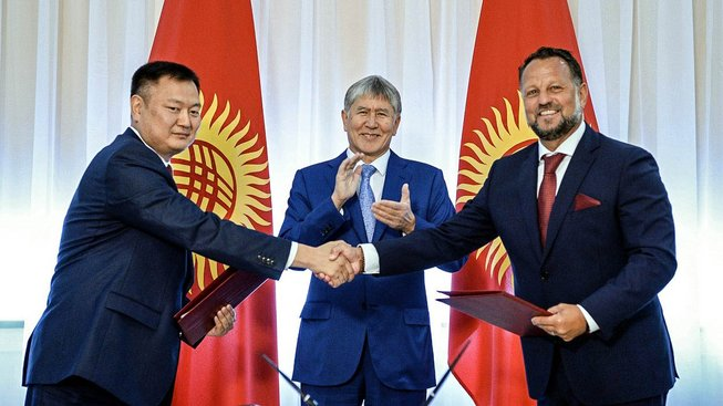 Šéf firmy Liglass Michael Smelík (vlevo) po uzavření dohody za přítomnosti prezidenta Kyrgyzstánu Almazbeka Atambajeva