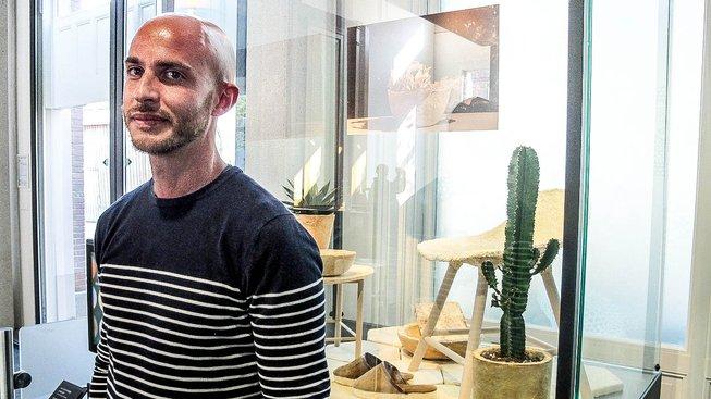 Italský designér Maurizio Montalti pózuje s předměty, které vyrobil z netradičního materiálu