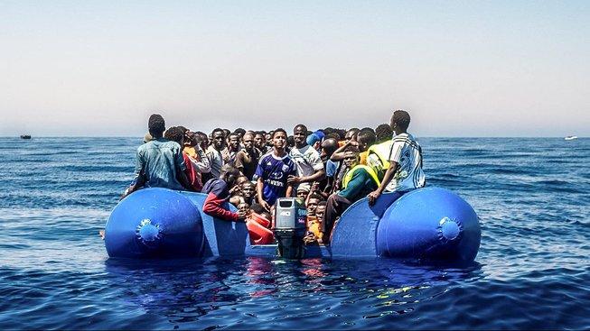 Migranti zachránění před pár dny z vln Středozemního moře. Nad svým původním plavidlem ztratili kontrolu nedaleko libyjských břehů. Ilustrační snímek