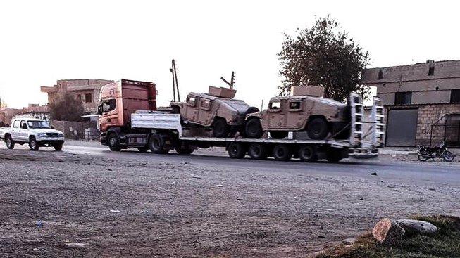 Dodávka s americkým vojenským vybavením v Sýrii