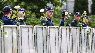 Demonstranti ozdobili květinami bariéry před budovou polského Sejmu