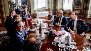 Mark Rutte (vpravo) na jednání o sestavení nové nizozemské vlády