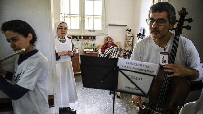 Hudebníci zpříjemňují pobyt pacientům v Alvarézově nemocnici v Buenos Aires