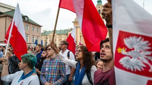 Poláci demonstrují proti kontroverzním zákonům o reformě justice