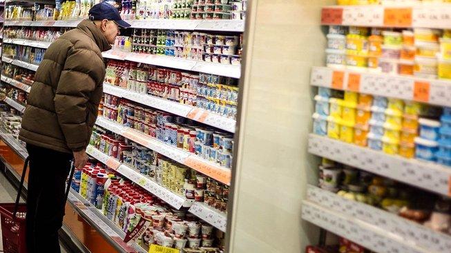 Při nakupování bychom neměli číst jen značky a cenovky, ale také složení. Ilustrační snímek