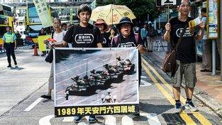 Snímek odvážného muže stojícího před tanky patří k nejslavnějším fotografiím světa