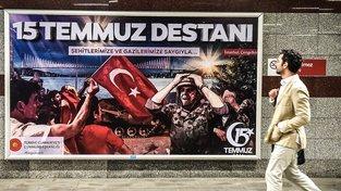 Neúspěšný vojenský převrat připomínají oslavné plakáty v tureckých ulicích