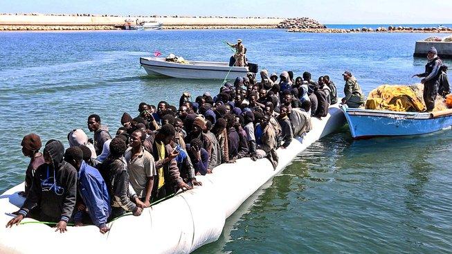 Nelegální migranti z Afriky připlouvají k břehům Libye, poté co je zachránila libyjská pobřežní stráž