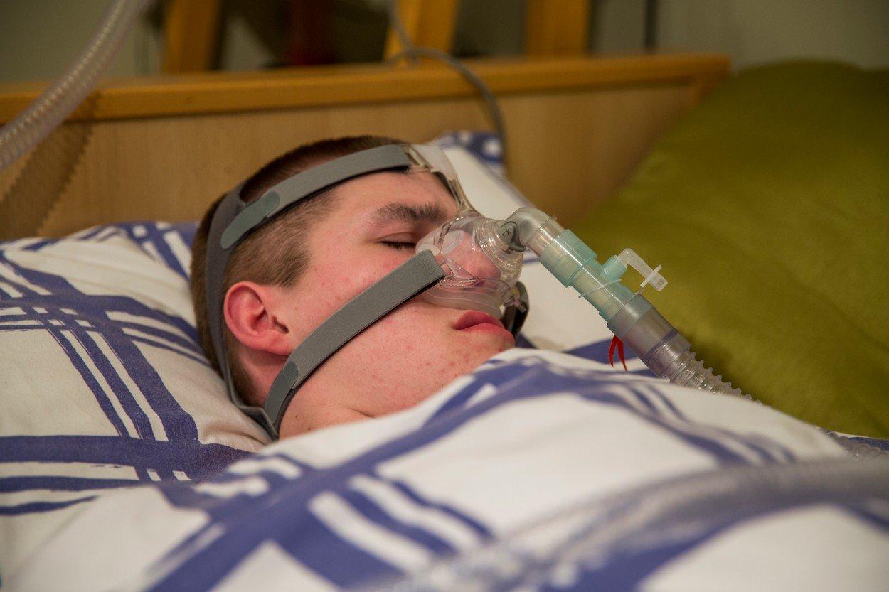 Mladík trpí vzácným onemocněním. Pokud usne bez přístroje, zemře