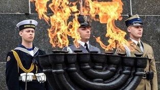 Čestná stráž u pomníku varšavského povstání