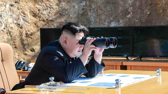 Kim Čong-un sleduje test mezikontinentální balistické rakterý, který KLDR uskutečnila v červenci