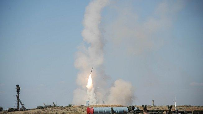 Na půl vteřiny zůstane raketa viset ve vzduchu a pak tryskem letí k cíli