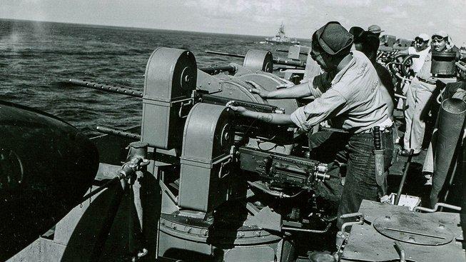 """Energii americkým vojákům, aby mohli ve válce """"sloužit vlasti"""", dodávala zmrzlina. Když šla letadlová loď USS Lexington ke dnu, vyjedli vojáci všechnu zmrzlinu zavřenou v mrazáku"""