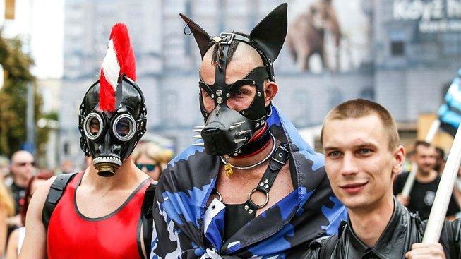 Muž v dogplay oblečku (uprostřed) může být klidně i heterosexuál. Role play hrátky nejsou doménou jen homosexuálů