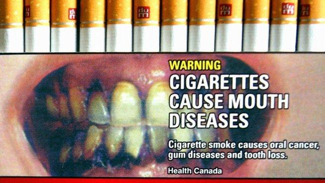 Varovné obrázky na krabičkách cigaret jsou součástí života českých kuřáků už téměř rok