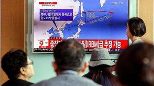 Jihokorejci sledují zprávodajství týkající se rakety vypálené v KLDR