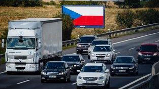 Česko v posledních dnech zaplavily billboardy přelepené českou vlajkou. Jejich majitelé tak reagují na novelu zákona, která billboardy u dálnic a silnic první třídy částečně zakazuje