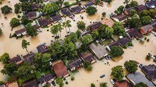 Po hurikánu Harvey jsou ulice texaského Houstonu pod vodou