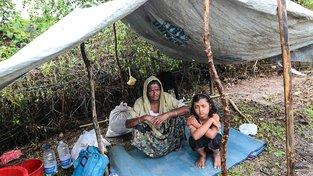 """Někteří Rohingové po útěku z Barmy zůstávají v takzvém """"území nikoho"""" mezi Barmou a Bangladéší"""