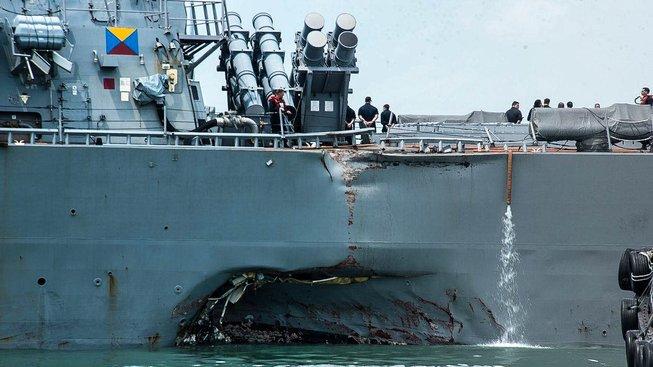 Americká vojenská loď USS John S. McCain se srazila s tankerem