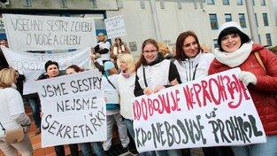 Zdravotní sestry krajských nemocnic například vyjádřily svou nespokojenost s nízkými platy při jarním protestu v Karlových Varech