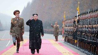 Kim Čong-un před nastoupenou severokorejskou jednotkou