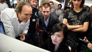 Podnikatel Xavier Niel (vlevo) se studenty a studentkami École 42 a produktovým šéfem Facebooku Chrisem Coxem