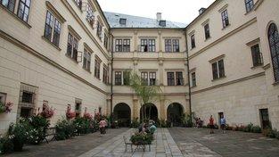 Nádvoří zámku Hrubý Rohozec, který rodu Walderode patřil