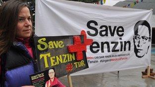 Účastníci protestů v Indii v dubnu 2015 požadovali pomoc pro Tendzina Deleg Rinpočhe, Tibetský lama, který trpěl vážnými srdečními problémy a vysokým tlakem, v červenci téhož roku ve vězení zemřel