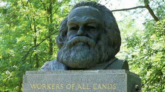 Náhrobek Karla Marxe na londýnském hřbitově Highgate