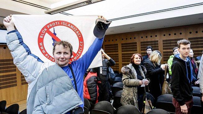 Takhle se v lednu u pražského obvodního soudu radovali z rozsudku stoupenci Bloku proti islamizaci