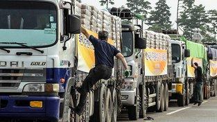 Kamiony s potravinami na hranici mezi Severní a Jižní Koreou
