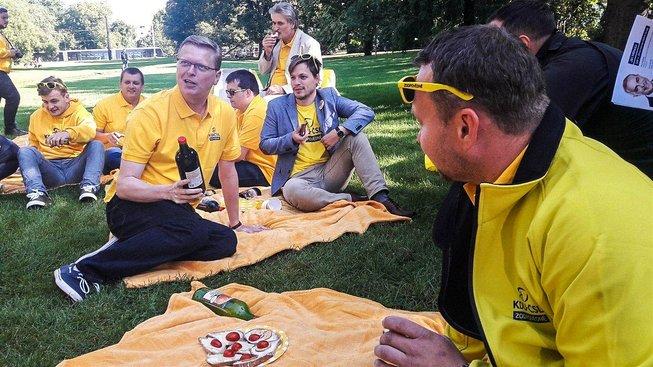 Lidovci zahájili horkou fázi volební kampaně piknikem v parku