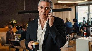 George Clooney si s chutí dopřeje šálek dobré kávy