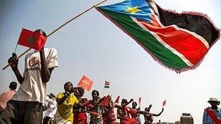 Marocké a jihosúdánské vlajky během návštěvy marockého krále v Jižním Súdánu