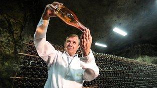 Firma Artwinery vyrobí ročně 12 milionů lahví sektu, který skladuje v dole jen pár kilometrů od demarkační linie