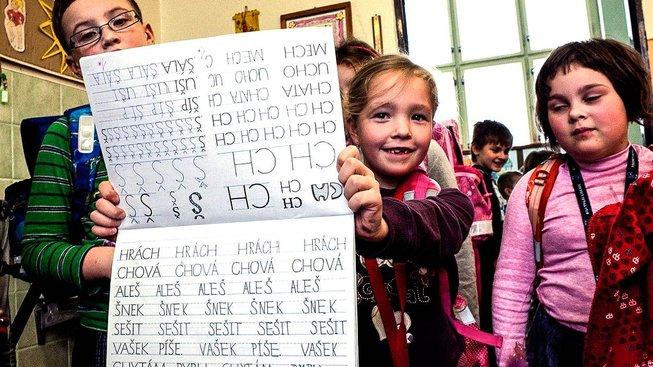 Žáci základní školy ve Frýdlantu se učí psát novým typem písma Comenia Script od výtvarnice Radany Lencové
