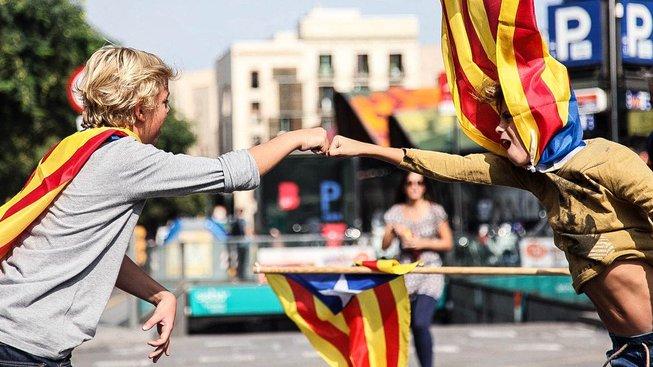 V úterý Katalánci demonstrovali proti násilí provázejícímu referendum, o den později oznámili, že se blíží vyhlášení nezávislosti regionu