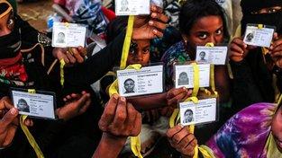 Pronásledovaní Rohingové konečně mají průkazy totožnosti, vydává jim je bangladéšská vláda