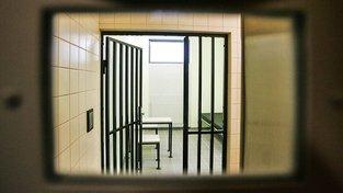 Průhled ve dveřích do cely předběžného zadržení v Karlových Varech. Ilustrační snímek