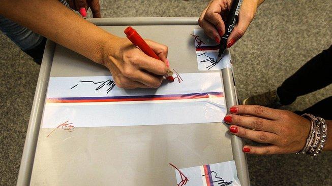 Volby se blíží a přibývá stran, jimž kvůli porušení pravidel kampaně hrozí pokuty