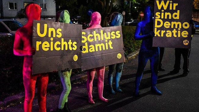 Demonstrace během čtvrteční předvolební debaty v Rakousku