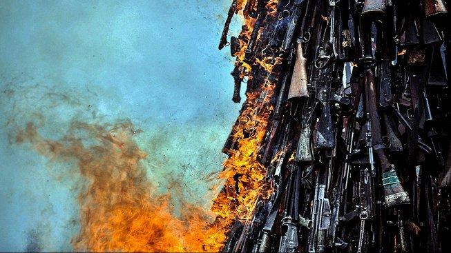 Pálení nelegálních zbraní. Ilustrační snímek