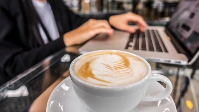 Na co obří kanceláře, když stačí notebook a kvalitní připojení? Kontakt s kolegy zajistí pravidelná setkání v kavárně. Ilustrační snímek