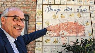 Starosta Gangi Francesco Paolo Migliazzo nabízí bydlení v malebném historickém městečku jen za jedno euro